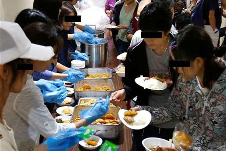 """洪水時""""避難所での日本人のチームワークを表す1枚の写真""""が海外で話題に"""