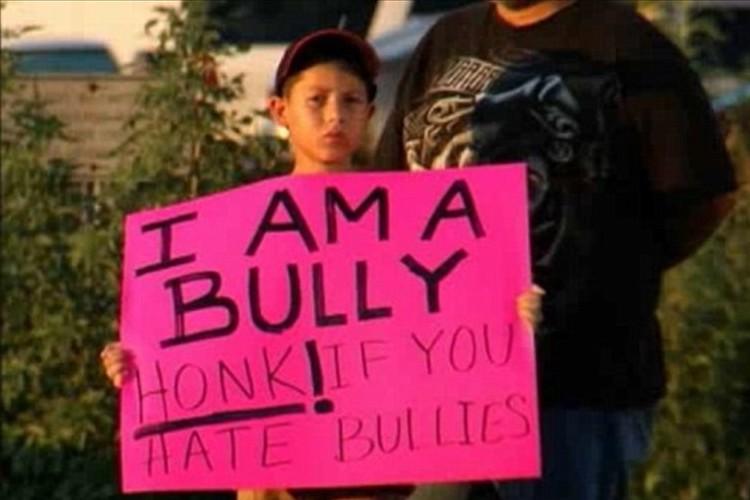 """息子が""""いじめの加害者""""と知った父親が息子に与えた罰に賛否両論"""