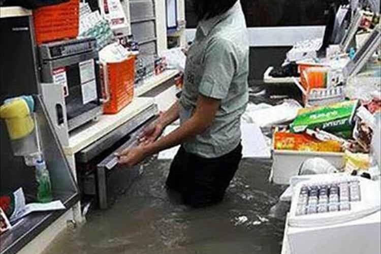 """""""大雨で水没してもまさかの通常営業""""タイのセブンイレブン"""