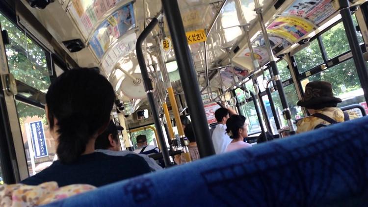 【神対応】赤ちゃんが泣きやまずに申し訳なさそうにする母親にバスの運転手の対応に称賛の声