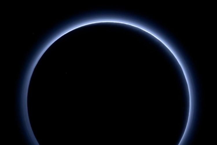 """歴史的発見!NASAが冥王星に""""青い空""""と""""水の氷""""の存在を確認!"""
