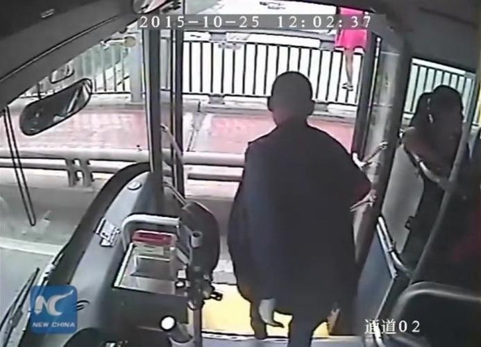 「いのちを救う勇気ある行動!」女性の自殺を食い止め、英雄になったバス運転手