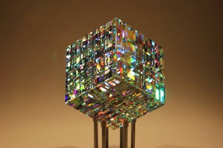 """""""幾何学を取り入れたガラスの彫刻""""が「虹色の輝きを放つ宝石のようだ」と話題!"""