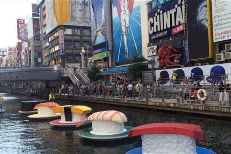 """大阪・道頓堀川にマグロやエビやタマゴ…""""巨大な寿司""""が流れてきたぞ!!"""