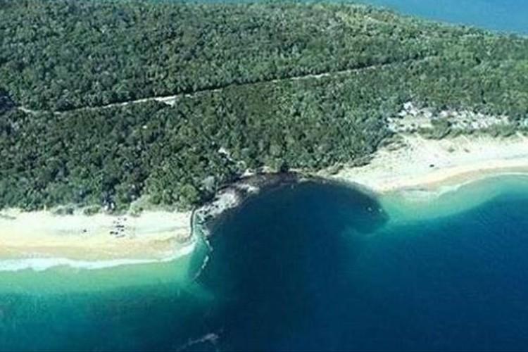 地震活動が原因?オーストラリアのビーチに謎の巨大穴が出現!