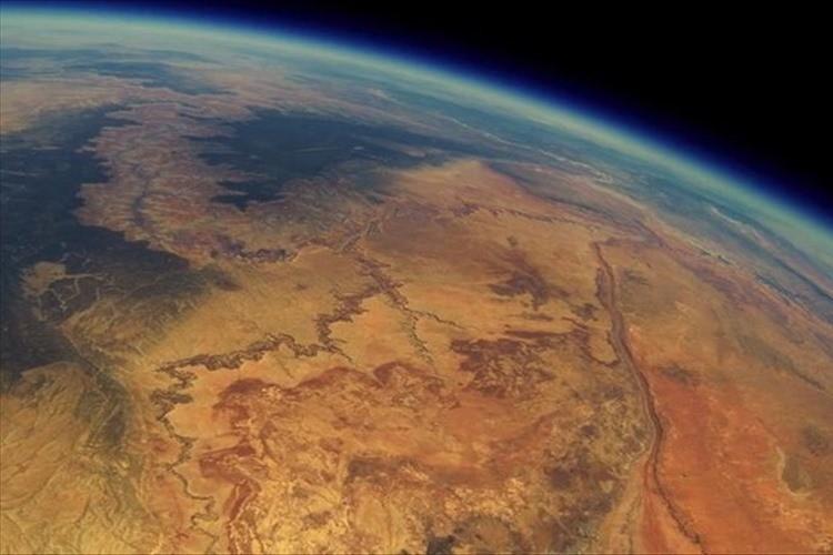 宇宙に打ち上げた小型カメラを2年後に偶然発見!映っていたのは感動的な光景だった