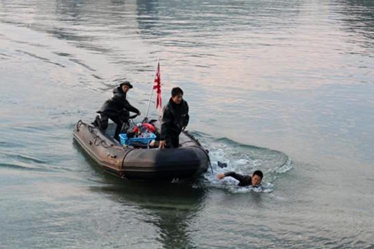 【心温まる対応】観客が海に落とした乗艦券を海上自衛隊がすぐさまボートで拾った!