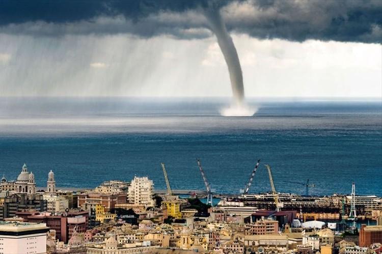 イタリア・ジェノバで巨大な水上竜巻が発生!決定的瞬間をとらえた画像が話題!