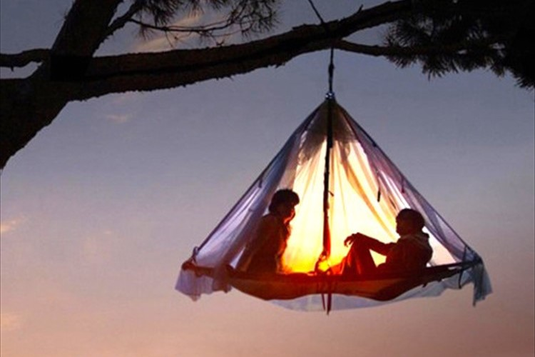 """どんな寝心地?""""空中で一晩、ぶら下がりながら寝るテント""""が画期的と話題!"""
