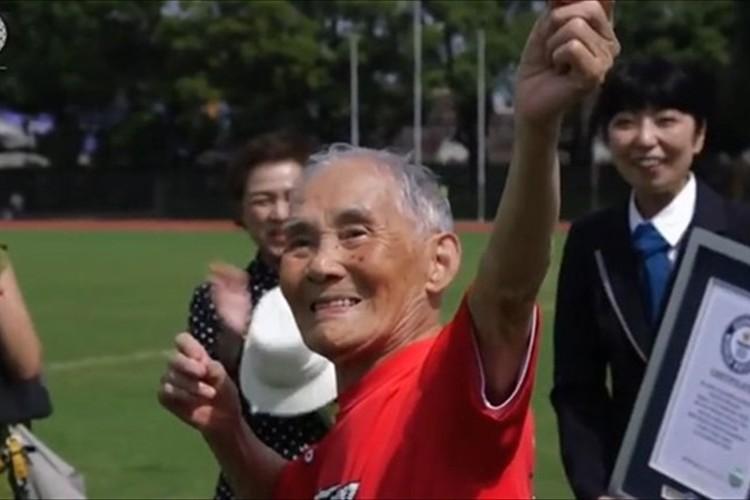 """105歳の宮崎秀吉さん""""100mと砲丸投げで世界記録""""達成!ボルトのポーズも決まってる!"""
