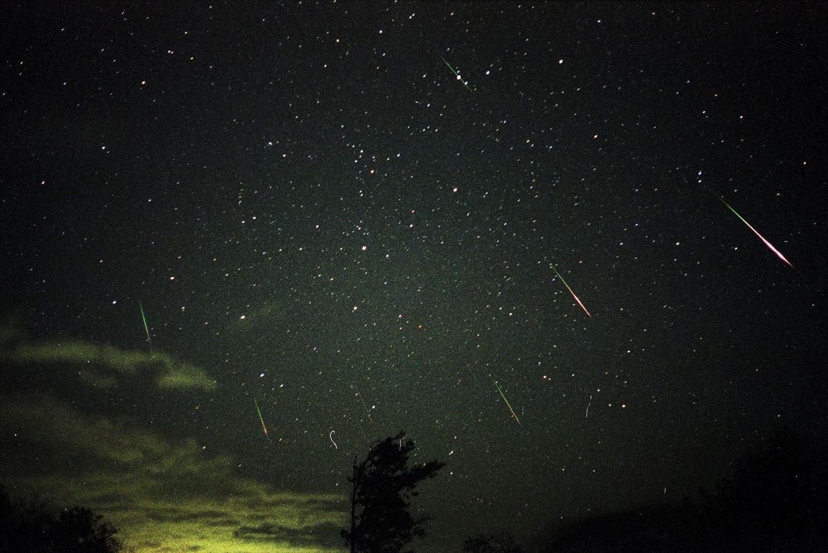 1年に1度しか見れない「しし座流星群」が今年もやってきた!夜空を彩る赤い流星が見られるかも!!