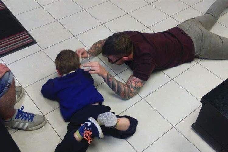 ここまでやるなんて!自閉症の少年のために驚きの方法で散髪した美容師が話題に!