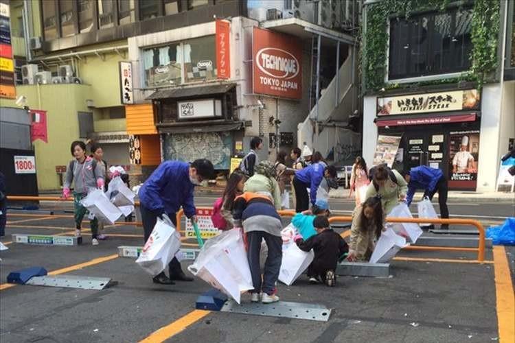 大人達がハロウィンで散らかしたゴミを、子供達や近隣店舗の店員、有志らが清掃
