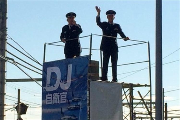 """20万人以上の大混雑""""DJ自衛官""""が軽妙なトークで来場者爆笑!【入間基地航空祭】"""