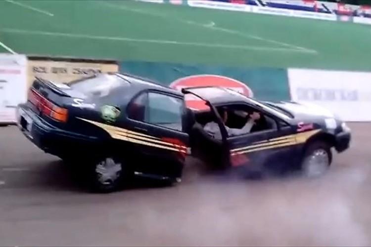 【動画】突然、車体が真っ二つに!ロシアのモーターショーで起きた衝撃の瞬間