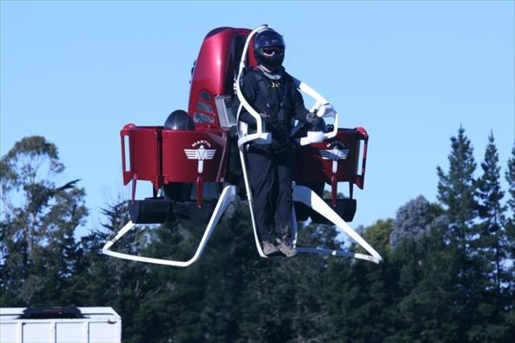 「空飛ぶ消防士」が出動!ドバイの消防局が超高層ビルの火災対策として導入!