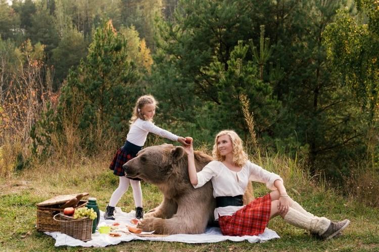 巨大ヒグマと仲良く暮らす生活。一緒にピクニックに行ったりなんかしちゃって