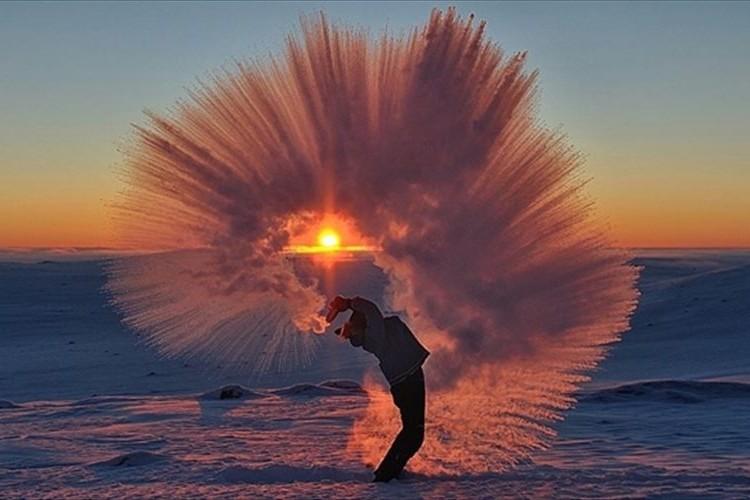 マイナス40度の極寒の世界でお茶をぶちまけた結果...
