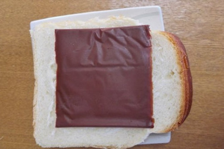 外国人「日本のこのチョコいいな!」スライスチーズのようなチョコが海外でウケている!