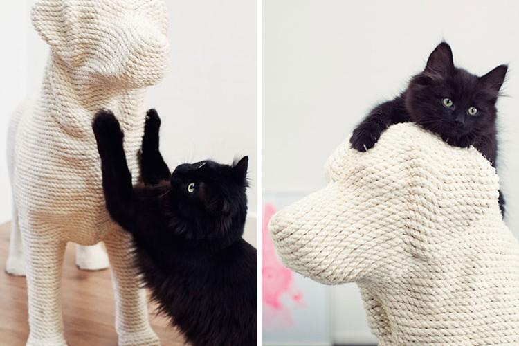 猫「参ったか!」 猫の爪とぎ用犬のぬいぐるみで爪とぎニャ!!