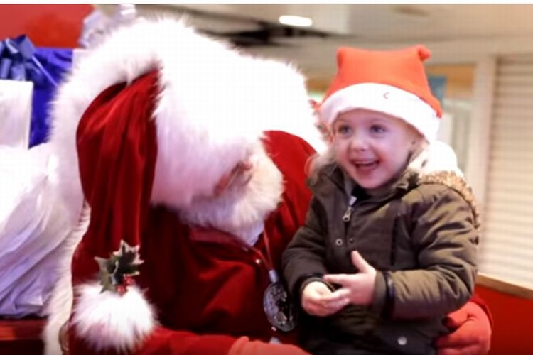 【神対応】サンタはどんな子供とだって話せるよ。聴覚障がいの女の子とだって。 サンタクロースの対応が素敵。