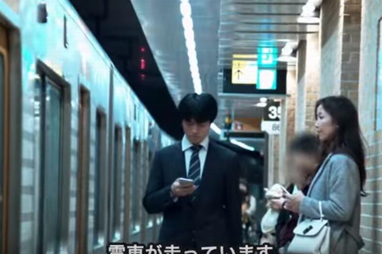 「そこのピンクのコートの方、歩きスマホは危険ですよ!」駅構内でアナウンスされる!