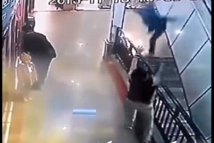 【危機一髪】ウソだろ!?上から子供が落ちてきた!ヒーローがとっさに助けた衝撃映像