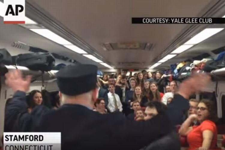 列車でみんなで合唱中、車掌さんに注意されると思ったらまさかの神対応!