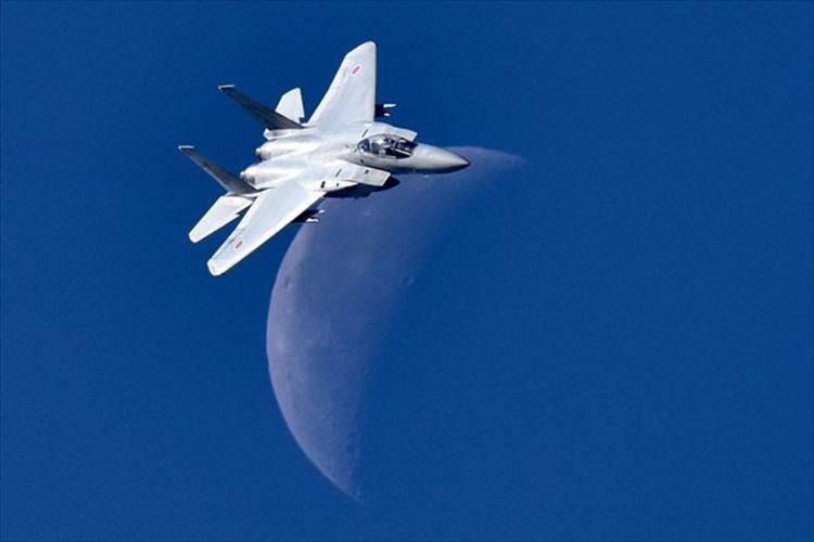 月との共演!「新田原基地航空祭」で撮影された奇跡のショットが素晴らしいと話題に!