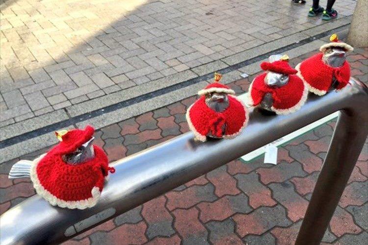 季節によって着せ替える江の島駅前の「江ノ電スズメ」が話題に!現在はサンタ仕様♪