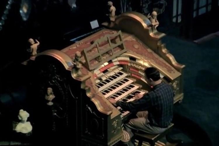 """""""巨大なパイプオルガン""""で演奏する「スター・ウォーズ」のテーマ曲が大迫力だと話題に!"""