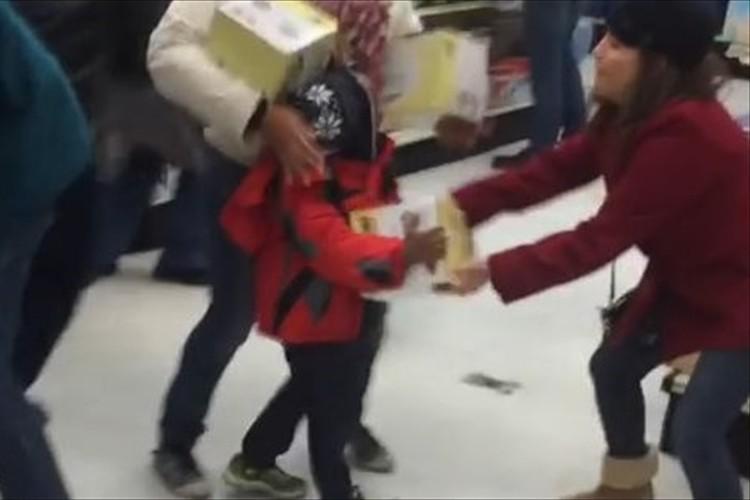 子供から商品を奪い取る女性!米国のバーゲン「ブラック・フライデー」での酷い光景