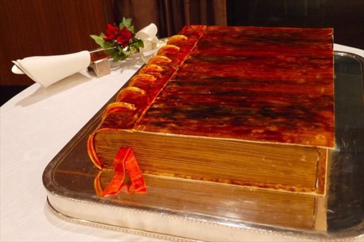 「古い本みたいな…」という指定で注文したウェディングケーキがすごいクオリティで驚いた!