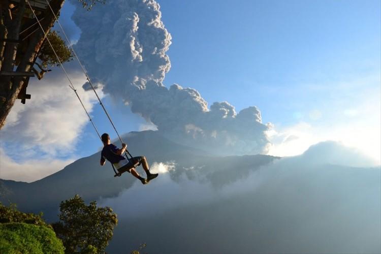 さあ、空中へ飛び出そう!?エクアドルにある絶壁の上のブランコが怖すぎる!