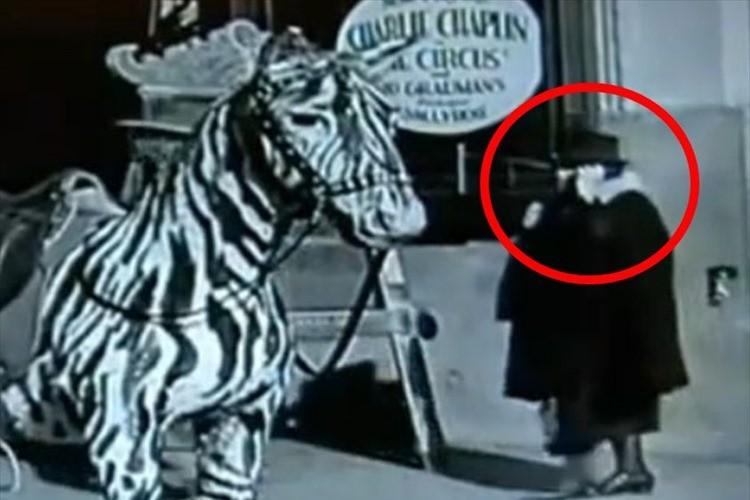 【映像】タイムトラベラーか!?1928年の映画に携帯電話を持った女性が写りこんでいた!