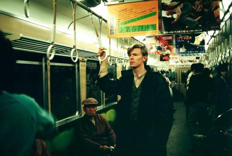 京都に縁のあるデヴィッド・ボウイさんが阪急電車に乗っている印象深い写真