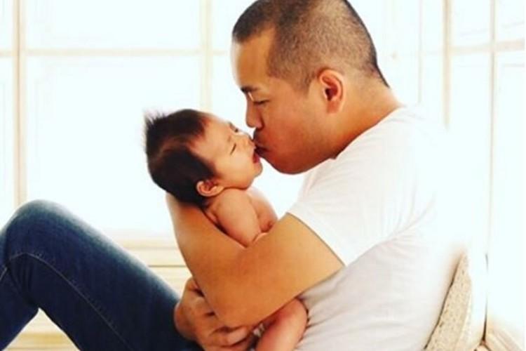 """""""優しいゴリラが人間の赤ちゃんを育てる""""タカトシのトシさんが素敵なパパすぎると話題に"""