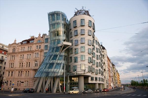 dancing_house_building_in_downtown_prague_czech_republic_R