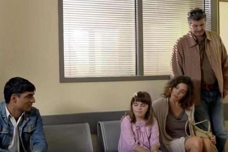 ある病院の待合室。隣りに座っている男性を差別し娘を遠ざける両親に衝撃の告知が