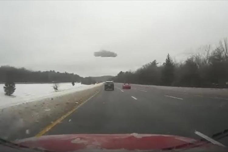 【動画】凍った雪が飛んできた!積もった雪を落とさないと後続車が危険!