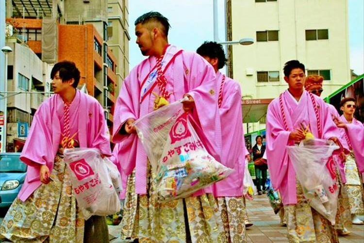 """沖縄の""""荒れる成人式の印象を変えたい!""""リーゼント姿の新成人が国際通りを清掃"""