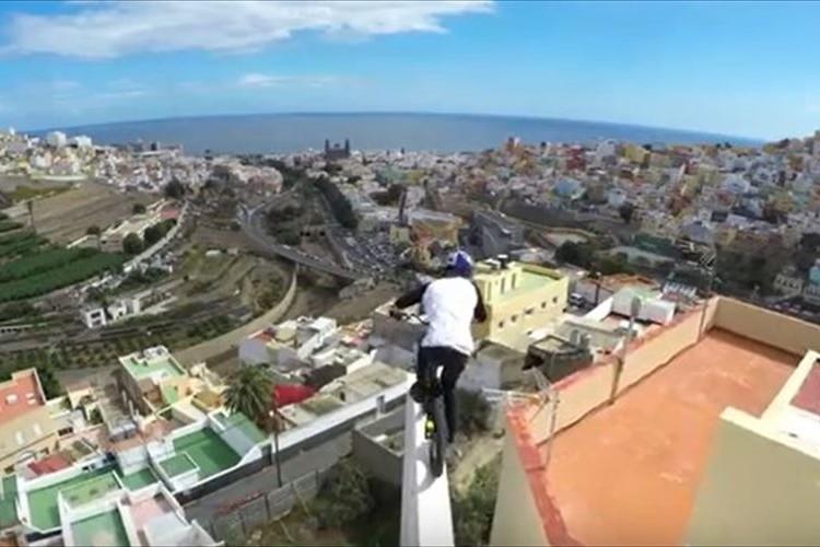 【動画】まるで体の一部のようだ!ロードバイクで建物間を移動する神業が話題!