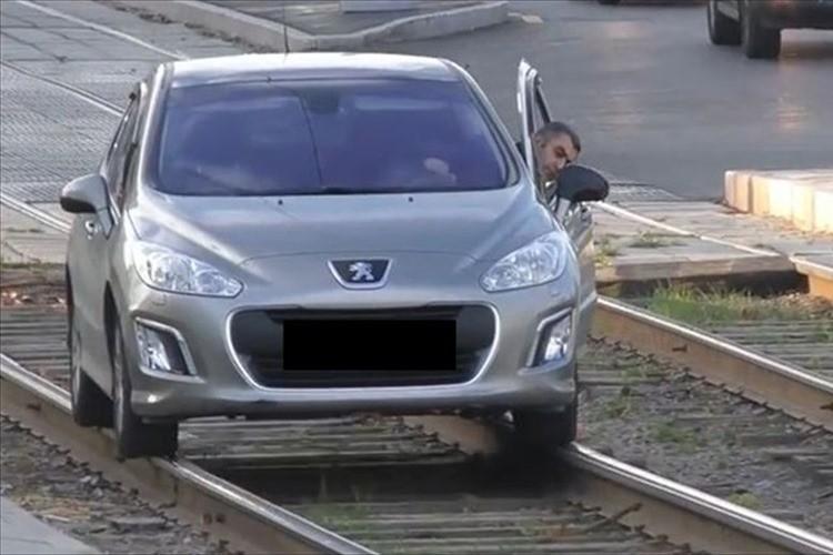 """【動画】日本ではありえない!ロシアで""""路面電車の線路上を走る車""""が続出して話題に!"""