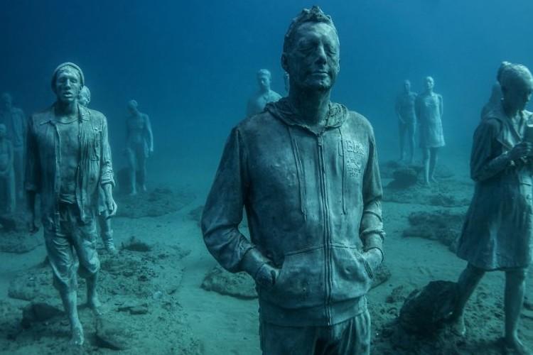 欧州初の海底博物館がまるで海底都市のよう。海底に静かに眠る彫刻の人間たちが幻想的