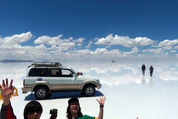 ドローンで撮影したウユニ塩湖が吸い込まれそうなほど広大で美しい