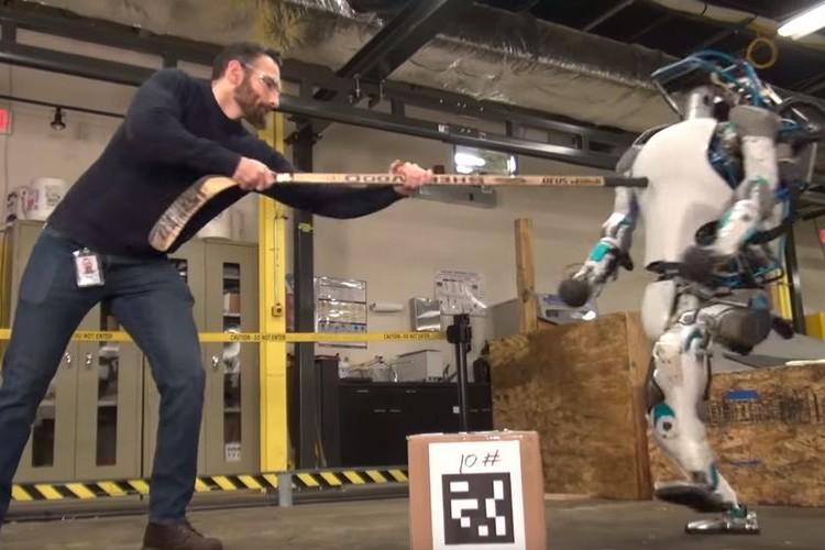 二足歩行ロボットに陰湿なイジメ!?いや、真面目な実験です