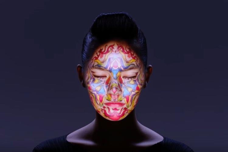 顔面プロジェクションマッピングが進化!千変万化する顔が神々しい