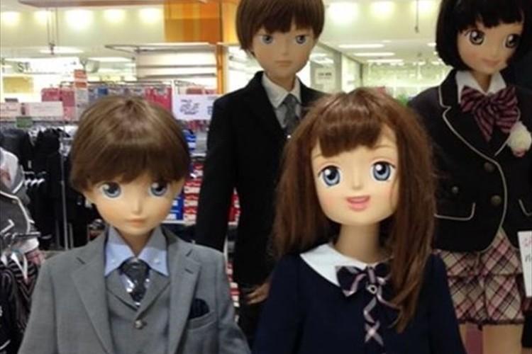 """目がデカすぎないか!?最近の子供のマネキンが""""アニメ顔""""すぎると話題に!"""