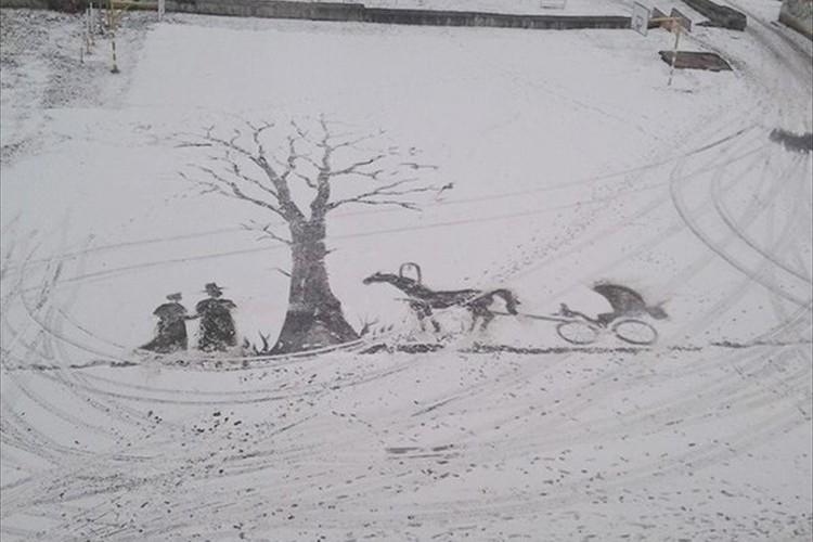 車輪の跡が吹き抜ける風のよう…ホウキとシャベルで雪に描いた絵が素敵!