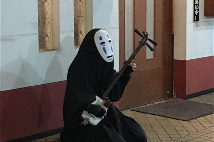 """八戸で津軽三味線を弾いていた""""カオナシ""""がシュールすぎると話題に!"""